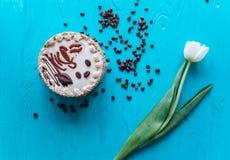 Cake, tulpen en koffie op blauwe achtergrond Royalty-vrije Stock Fotografie