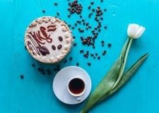 Cake, tulpen en koffie op blauwe achtergrond Royalty-vrije Stock Foto's