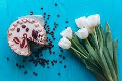 Cake, tulpen en koffie op blauwe achtergrond Stock Foto's
