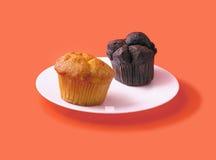 Cake twee op één plaat: wit en zwarte. Royalty-vrije Stock Foto's