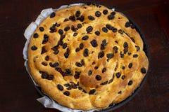 Cake van brood met droge rozijnen in een ronde bakselpan die wordt gemaakt royalty-vrije stock foto's