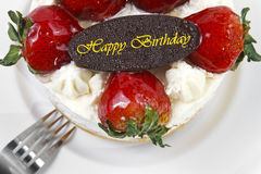 cake van de aardbei de boterroom met de plaat van de verjaardagschocolade & voor Stock Foto's