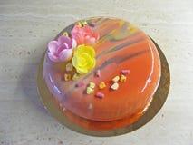Cake van de lente de tedere mouss met eetbare bloemen Royalty-vrije Stock Afbeelding