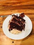 Cake van de pindakaas de berijpte chocolade stock fotografie