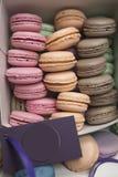 Cake van makarons of makarons in een doos in rijen, kleurrijke amandelkoekjes, pastelkleuren, uitstekende prentbriefkaar wordt ge stock afbeelding