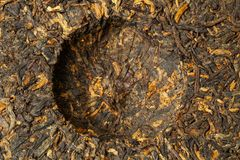 Cake van oude Chinese Zwarte pu -pu-erh van theeshu of puer, traditionele Aziatische drank, macro, hoogste mening royalty-vrije stock fotografie