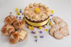 Cake van Pasen van de Simnelcake de Traditionele Britse, met marsepeinbovenste laagje en de traditionele 12 ballen van marsepein Stock Foto's