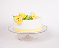 Cake with yellow roses Royalty Free Stock Photos
