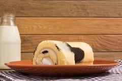 Cakebroodje: Verse Opgenomen Melkroom Royalty-vrije Stock Foto's