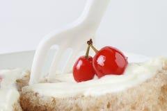 cakeCherryefterrätt Fotografering för Bildbyråer