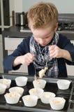 cakecups面团装载的孩子 免版税库存图片