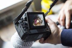 Cakefoto op het camerascherm het meisje houdt de camera in hand stock foto