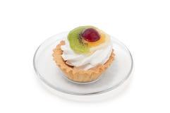 Cakemand met vruchten op plaat wordt verfraaid die Royalty-vrije Stock Afbeeldingen