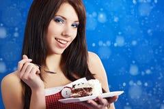 caken äter den söta kvinnan för skivan Royaltyfri Fotografi