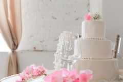caken blommar bröllop royaltyfria foton