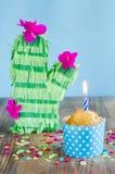 caken för födelsedagen för afrikansk amerikanballonger firar den härliga tid för deltagaren för utgångspunkten för holdingen för  Fotografering för Bildbyråer