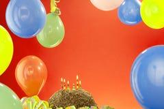 caken för födelsedagen för afrikansk amerikanballonger firar den härliga tid för deltagaren för utgångspunkten för holdingen för  Royaltyfri Bild