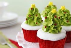cakeostjulen lagar mat med grädde muffiner som glaserar röd sammet Arkivbilder