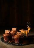 cakeostjulen lagar mat med grädde muffiner som glaserar röd sammet Royaltyfria Bilder