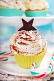 cakeostjulen lagar mat med grädde muffiner som glaserar röd sammet Fotografering för Bildbyråer