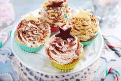 cakeostjulen lagar mat med grädde muffiner som glaserar röd sammet Royaltyfri Bild