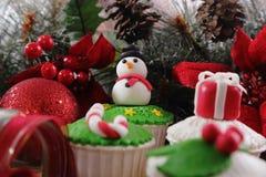 cakeostjulen lagar mat med grädde muffiner som glaserar röd sammet Royaltyfria Foton
