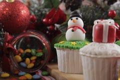 cakeostjulen lagar mat med grädde muffiner som glaserar röd sammet Arkivfoto