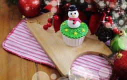 cakeostjulen lagar mat med grädde muffiner som glaserar röd sammet Royaltyfri Fotografi