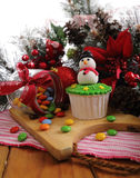 cakeostjulen lagar mat med grädde muffiner som glaserar röd sammet Arkivfoton