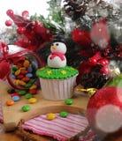 cakeostjulen lagar mat med grädde muffiner som glaserar röd sammet Arkivbild