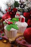 cakeostjulen lagar mat med grädde muffiner som glaserar röd sammet Royaltyfri Foto