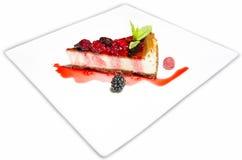 Cakeplak met bosvruchten op een witte plaat Royalty-vrije Stock Afbeeldingen