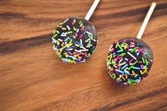 Cakepops в поливе шоколада с покрашенным украшением Стоковое фото RF