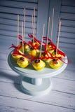 Cakepops испеченные желтым цветом на белой деревянной предпосылке Стоковые Фото