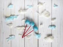 Cakepops bleus parmi les nuages de sucrerie-soie images libres de droits