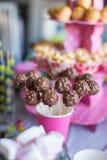 Cakepops del chocolate en la tabla del postre del día de fiesta en el niño Foto de archivo libre de regalías