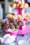 Cakepops del chocolate en la tabla del postre del día de fiesta en el niño Foto de archivo