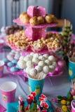 Cakepops del chocolate en la tabla del postre del día de fiesta en el niño Imágenes de archivo libres de regalías