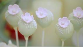 Cakepops dolci e bianchi con poco fiore, dinamico video d archivio