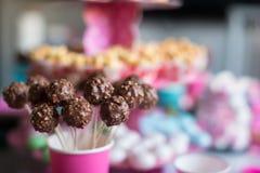 Cakepops sabrosos en la tabla del postre del día de fiesta en el niño Foto de archivo libre de regalías