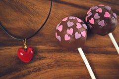 Cakepops y decoración roja del corazón Imágenes de archivo libres de regalías
