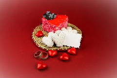 Cakes in de vorm van hart met twee ringen Royalty-vrije Stock Foto