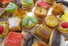 Cakes and desserts with fresh fruits Royalty Free Stock Photos