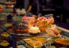 Cakes in een winkelvenster stock fotografie