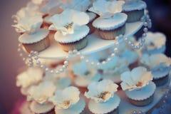 Cakes en gebakjes bij de huwelijkspartij stock foto
