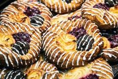 Cakes en gebakjes met het berijpen op de teller van een snoepwinkel Royalty-vrije Stock Afbeeldingen