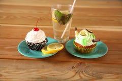 Cakes en limonade in een glaswaarde op houten lijst stock foto