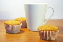 Cakes en witte kop thee Stock Foto's