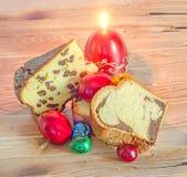 Cakes genoemd die Pasca met kaas en rozijnen, Cozonac met sm wordt gemaakt Stock Fotografie