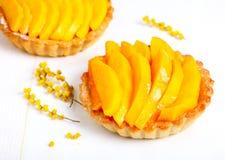Cakes med mango arkivfoton